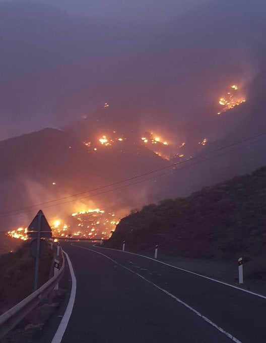 Firefighters face long windy night on west of Gran Canaria as blaze burns on two fronts