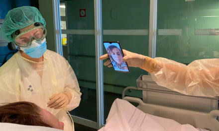 The Insular-Materno Infantil connects relatives and patients hospitalised by covid-19 with tablets and mobile phones