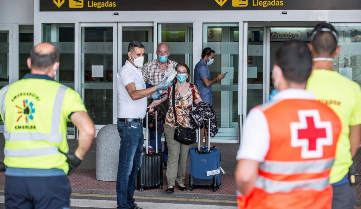 A clear example of early detection: thirteen quarantined after flight to Lanzarote with COVID-19 passenger, a second passenger also has symptoms
