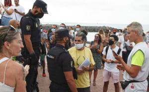 Anti-mask protesters and police on Las Canteras