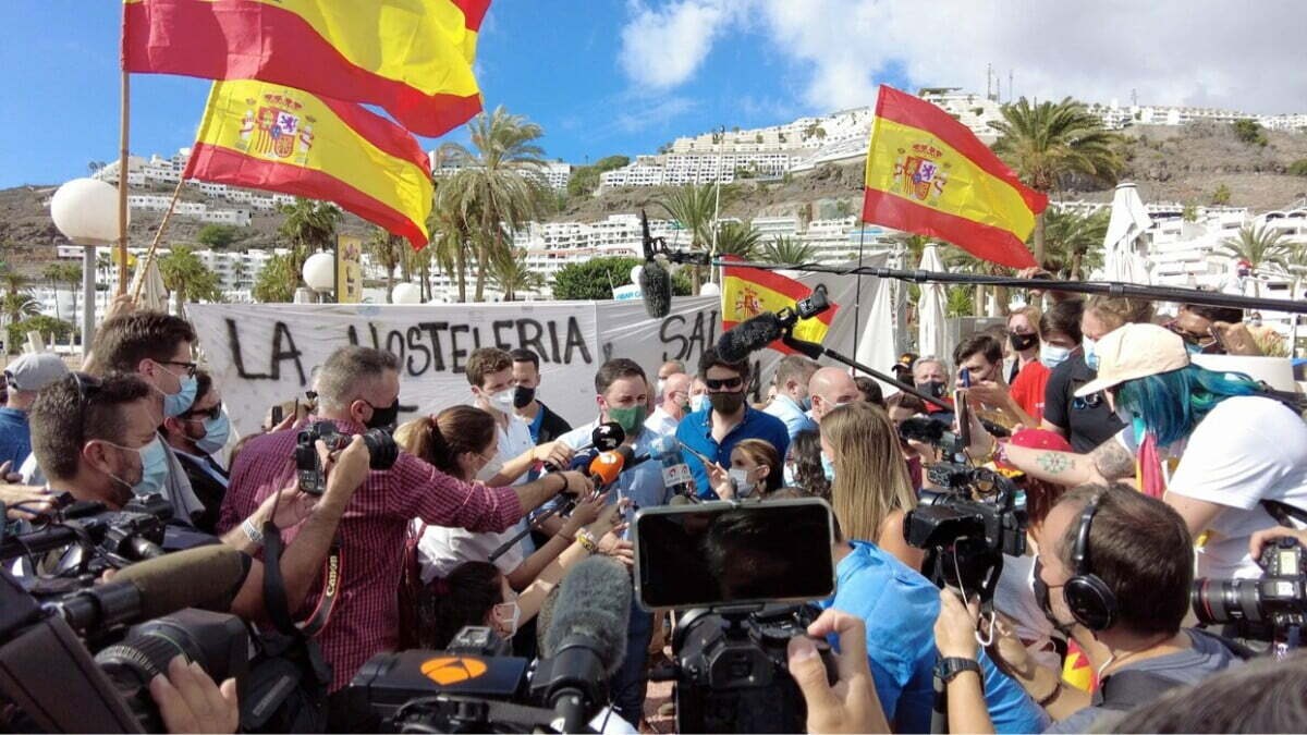"""Cara al Sol: Fascism marches with its """"face to the sun"""" as far-right vox party protest in Puerto Rico de Gran Canaria against migrants"""