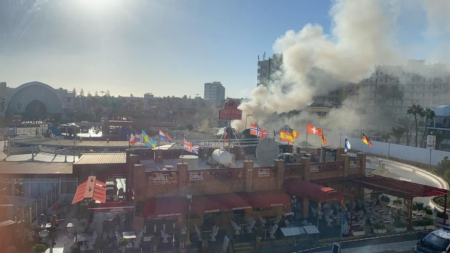 Shopping centre fire brought under control at a motorcycle rental store in Playa del Inglés