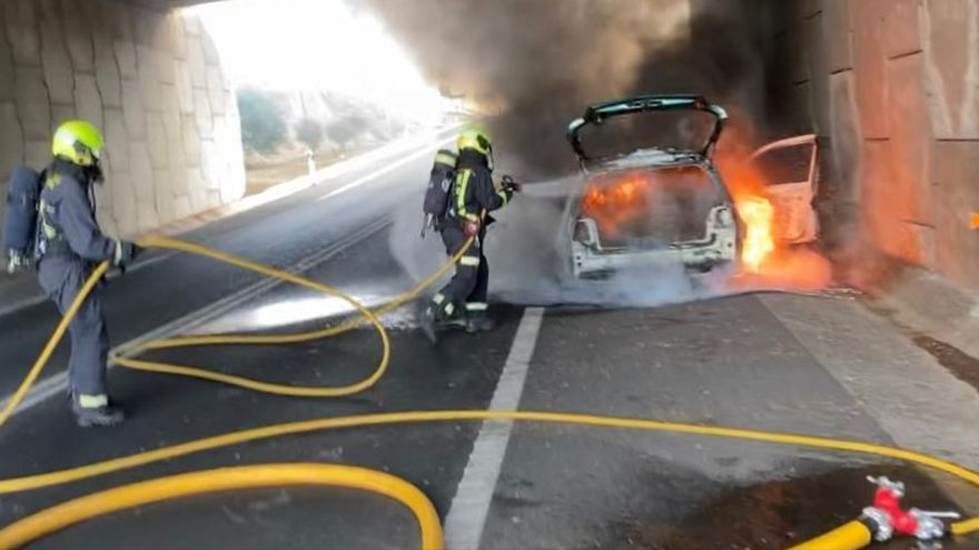 A car was completely destroyed in a roadside fire this afternoon, under the bridge at the entry slip road to Arguineguín