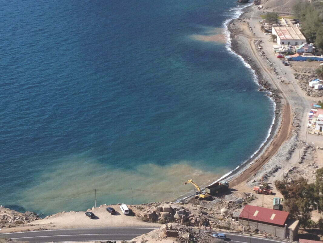 Coastal Authority file complaint for Tauro Beach environmental pollution from desalination outlet pipe buried under the sand, Anfi Group claim ignorance, the fences will stay up for now