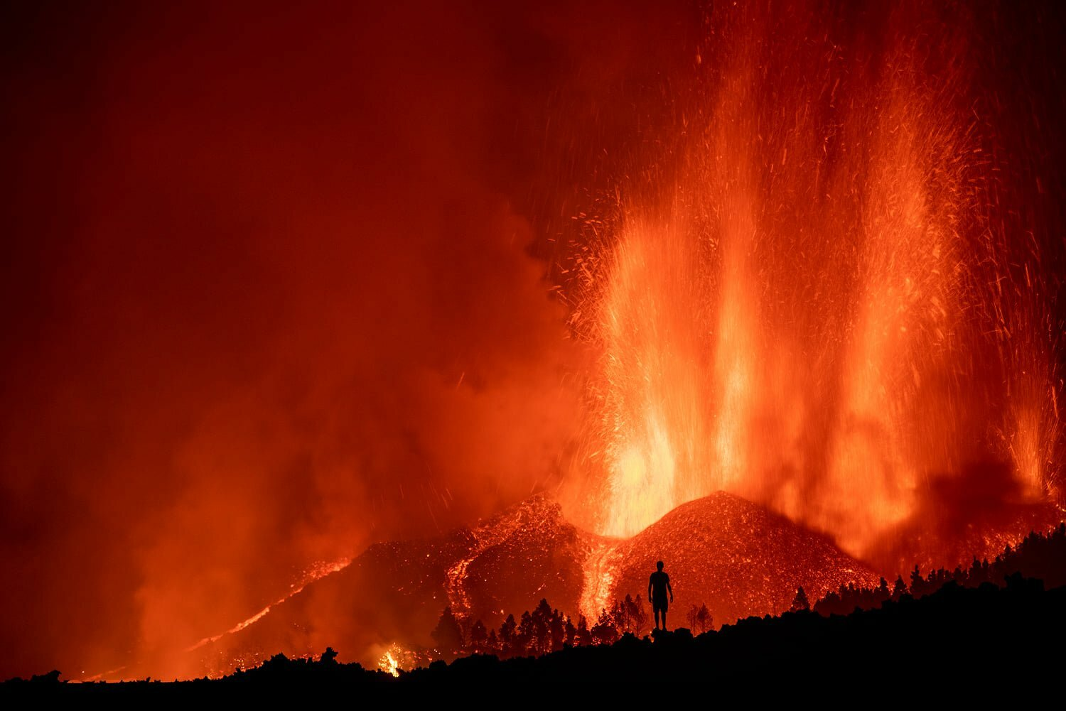 """Involcan make first estimate of sulphur dioxide emissions on La Palma """"with lava flows up to 6 meters high that slowly advance unstoppably"""""""